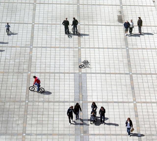 gente en una plaza